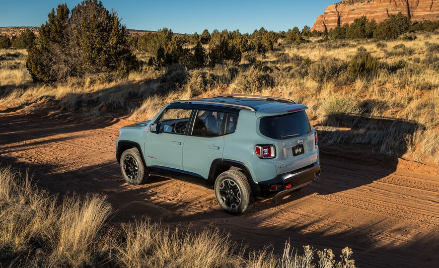 2015 Jeep Renegade Trailhawk and Latitude Models - Slide 28