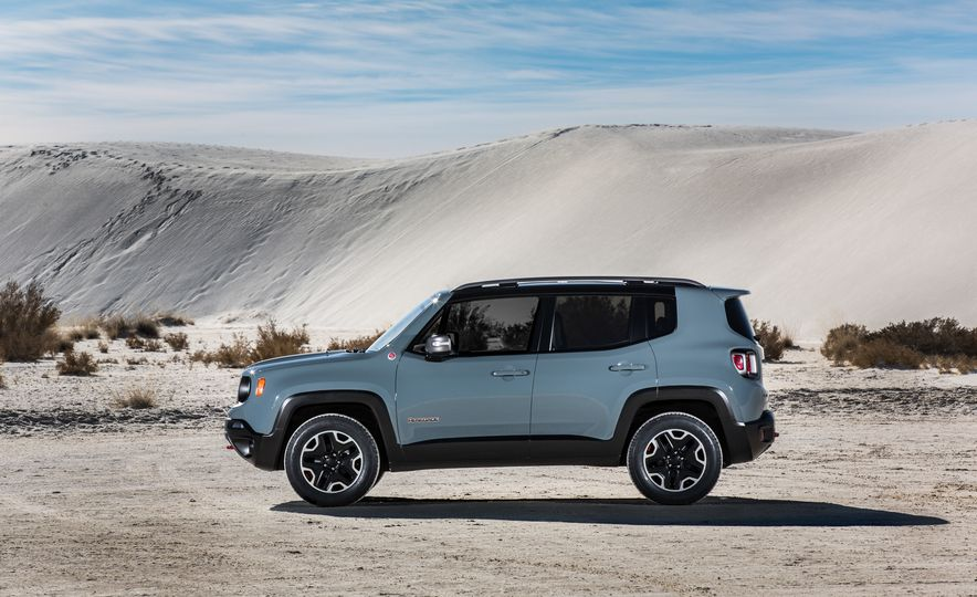 2015 Jeep Renegade Trailhawk and Latitude Models - Slide 32