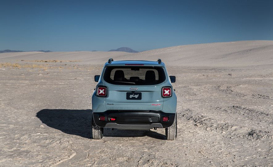 2015 Jeep Renegade Trailhawk and Latitude Models - Slide 36