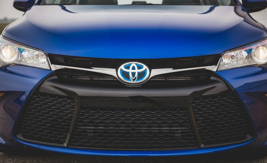 2015 Toyota Camry SE hybrid - Slide 12