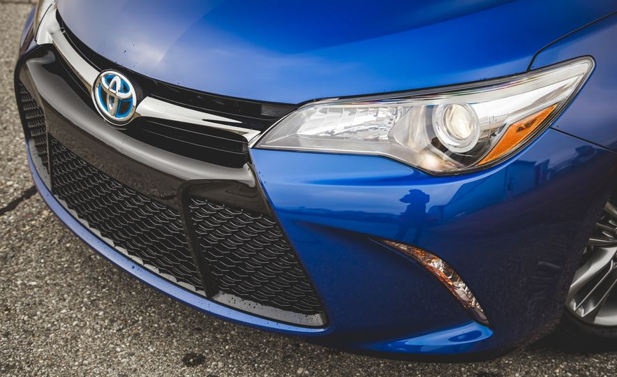 2015 Toyota Camry SE hybrid - Slide 11