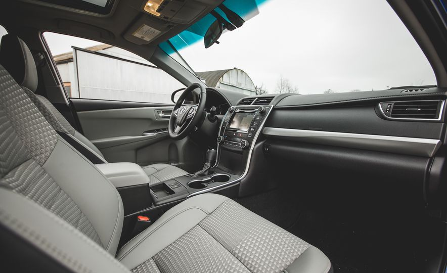 2015 Toyota Camry SE hybrid - Slide 15