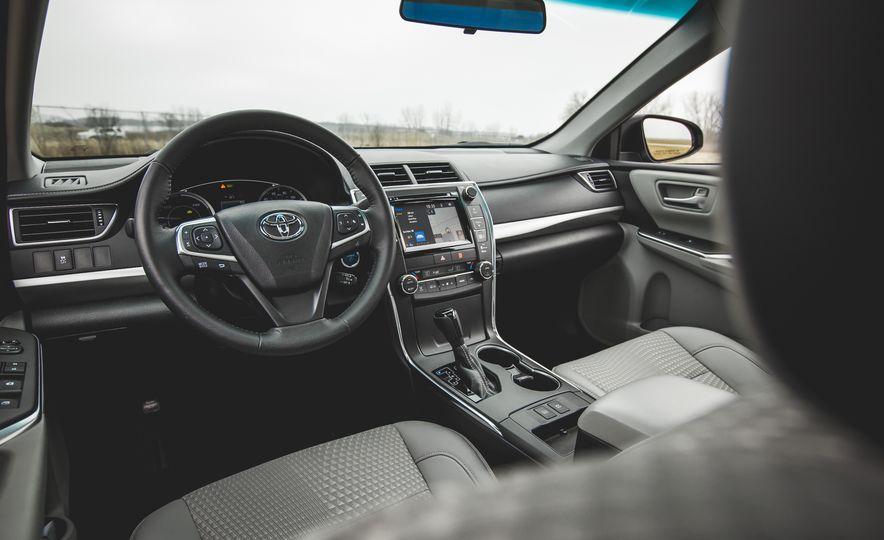 2015 Toyota Camry SE hybrid - Slide 17