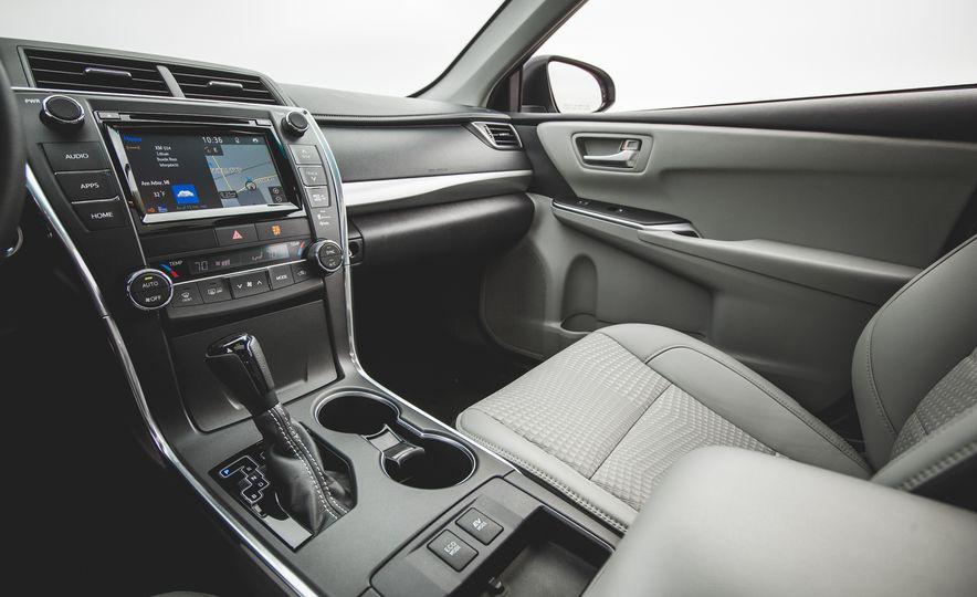 2015 Toyota Camry SE hybrid - Slide 18