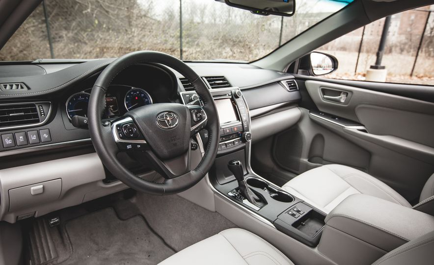 2015 Toyota Camry XLE - Slide 18
