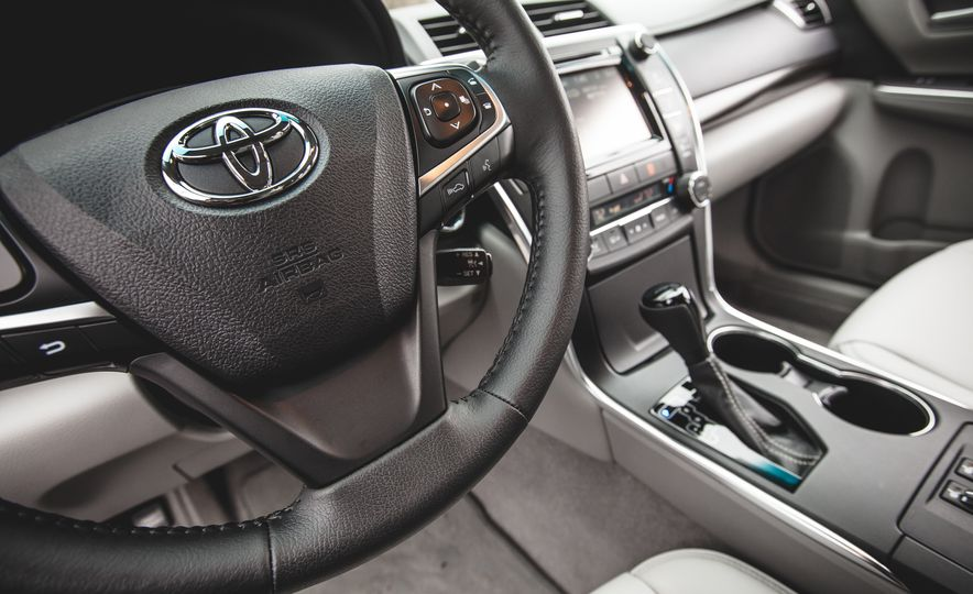 2015 Toyota Camry XLE - Slide 28