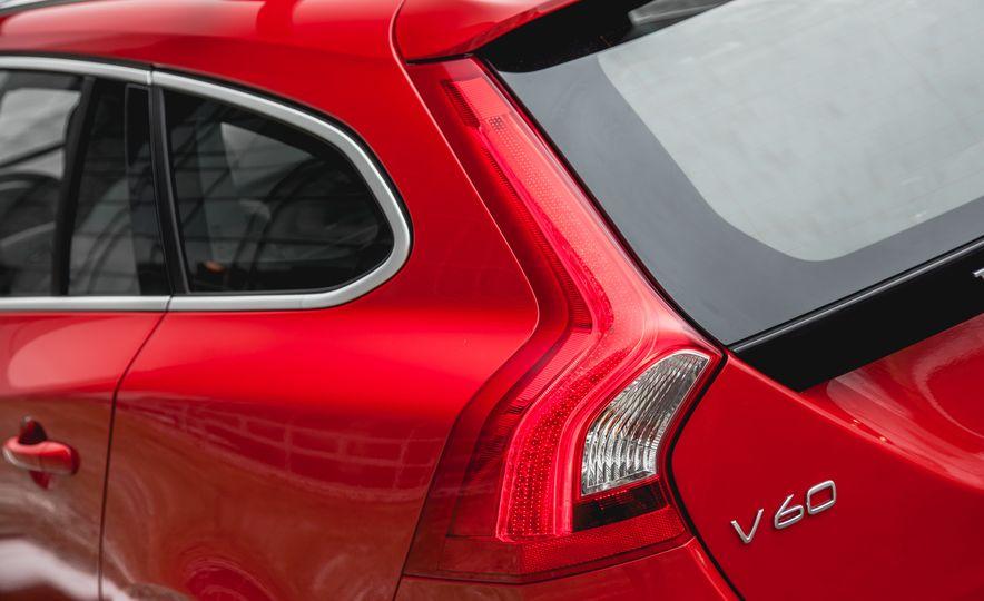 2015 Volvo V60 T6 R-Design - Slide 14
