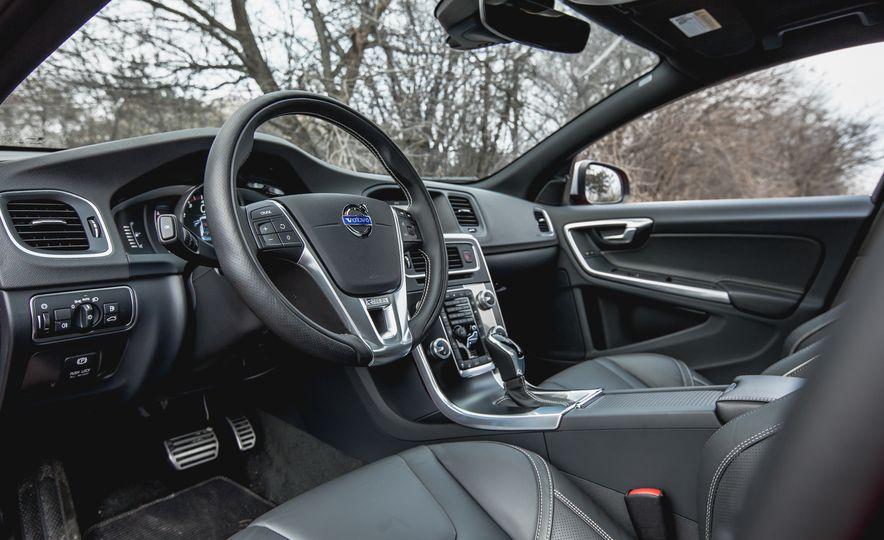 2015 Volvo V60 T6 R-Design - Slide 22