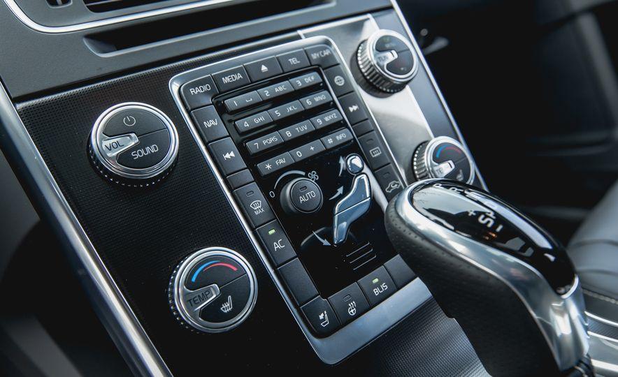2015 Volvo V60 T6 R-Design - Slide 28