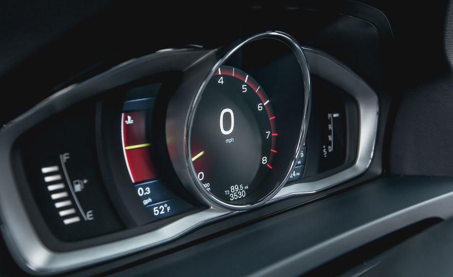 2015 Volvo V60 T6 R-Design - Slide 31
