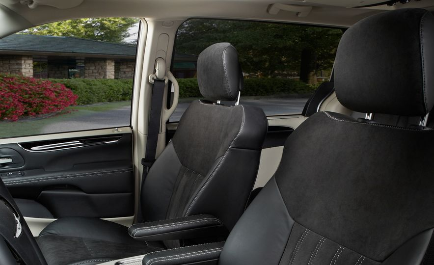 2014 Chrysler Town & Country 30th Anniversary Edition - Slide 17