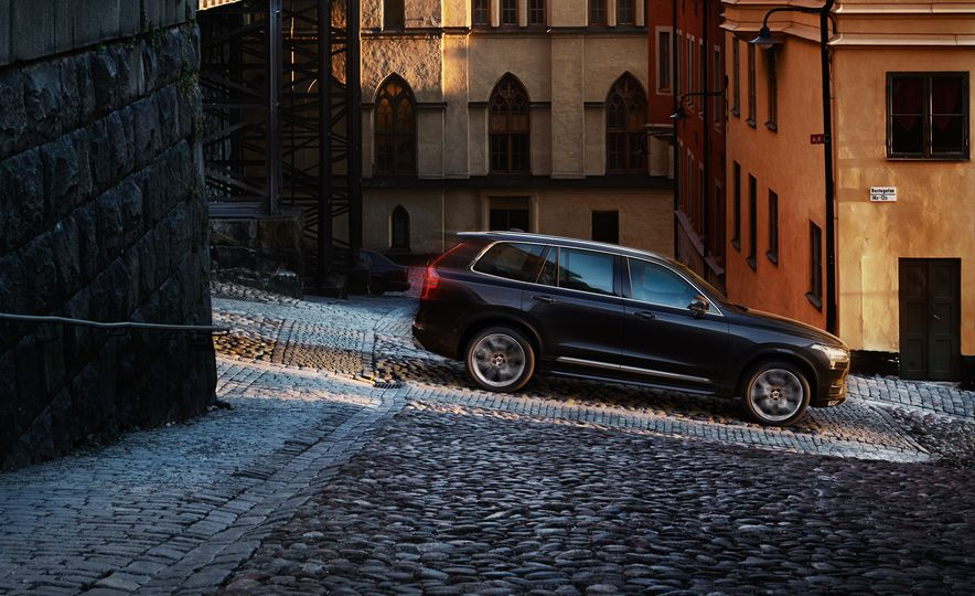2016 Volvo XC90 T6 R-Design - Slide 24