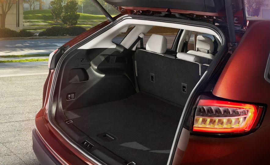 2015 Ford Edge Sport 2.7L EcoBoost and Edge Titanium - Slide 3