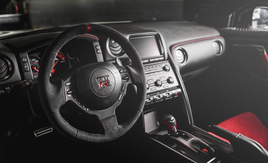 2016 Nissan GT-R 45th Anniversary Gold Edition - Slide 31