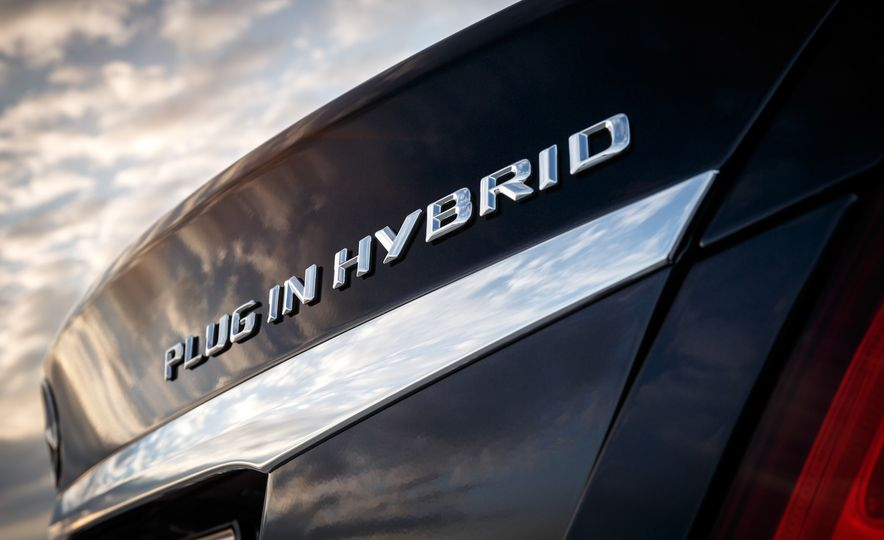 2016 Mercedes-Benz C350e plug-in hybrid - Slide 8