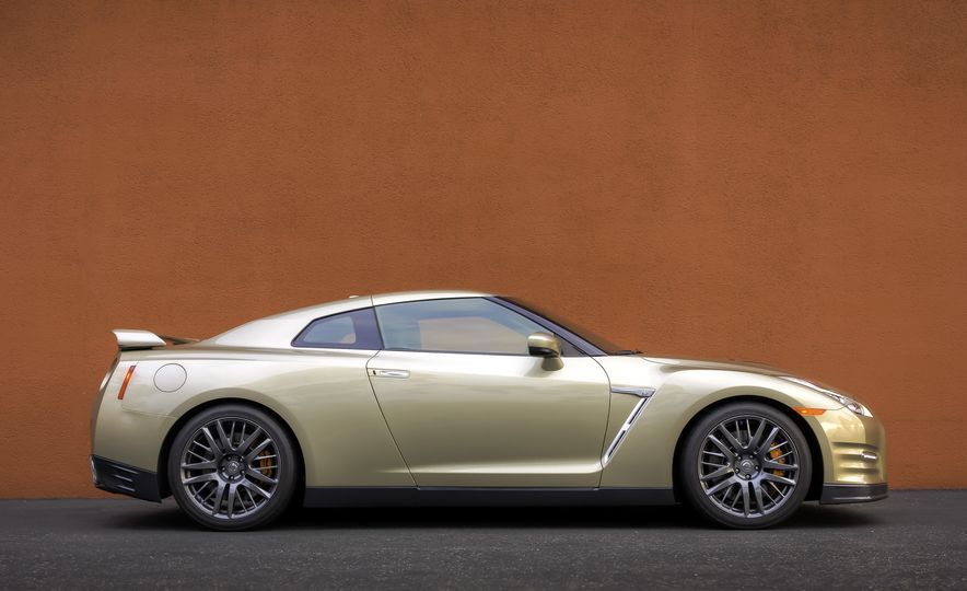 2016 Nissan GT-R 45th Anniversary Gold Edition - Slide 11