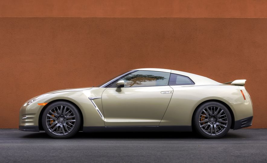 2016 Nissan GT-R 45th Anniversary Gold Edition - Slide 13