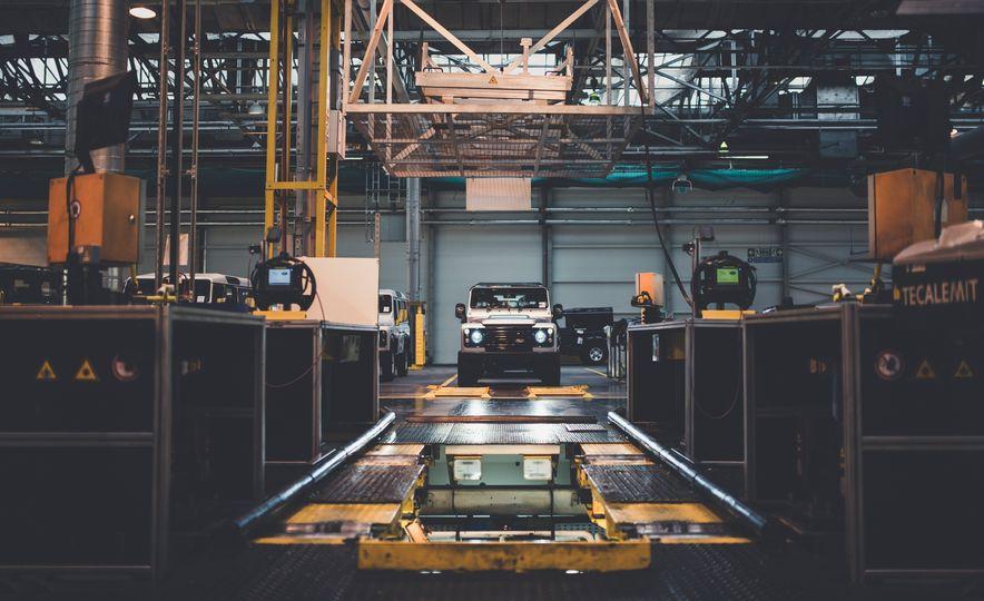 2015 Land Rover Defender 2,000,000 Edition - Slide 33