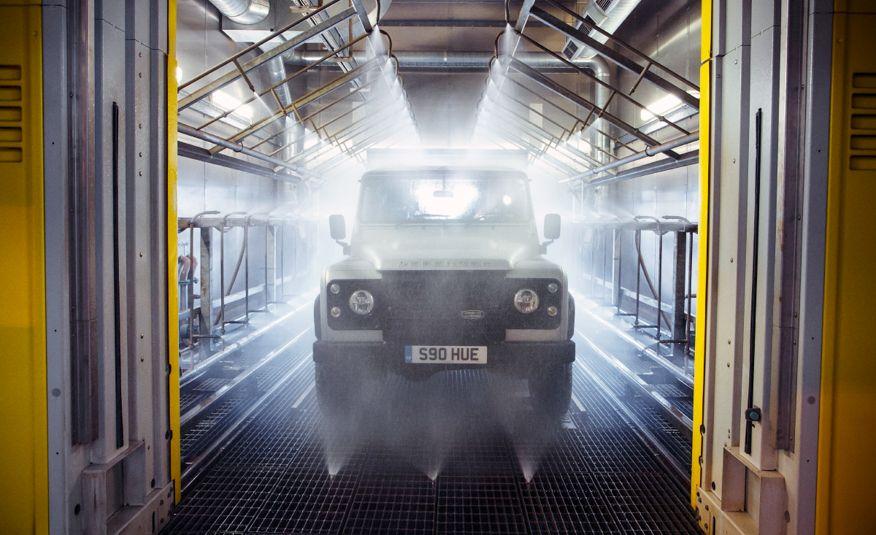 2015 Land Rover Defender 2,000,000 Edition - Slide 34