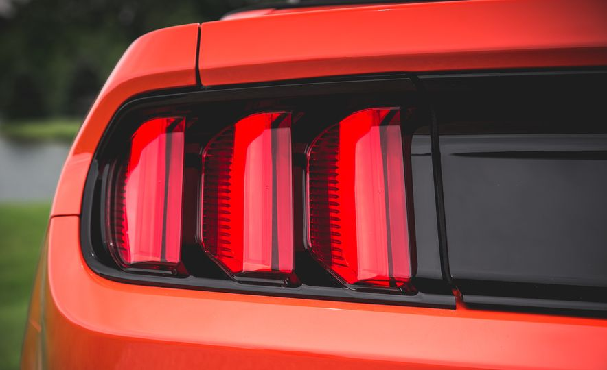 2015 Ford Mustang 2.3L EcoBoost convertible - Slide 20