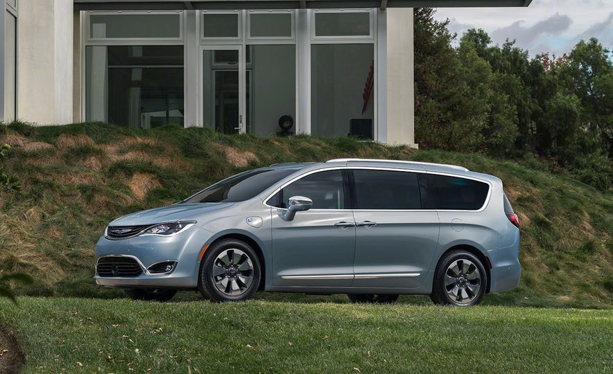 2017 Chrysler Pacifica and Pacifica plug-in hybrid - Slide 30