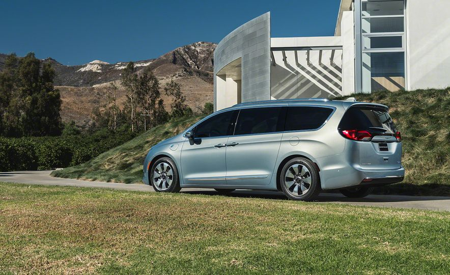 2017 Chrysler Pacifica and Pacifica plug-in hybrid - Slide 31
