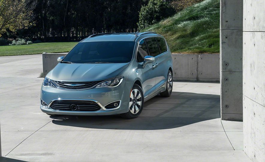2017 Chrysler Pacifica and Pacifica plug-in hybrid - Slide 34