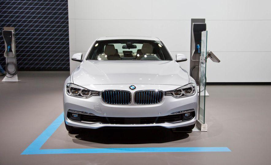2017 BMW 330e iPerformance - Slide 1