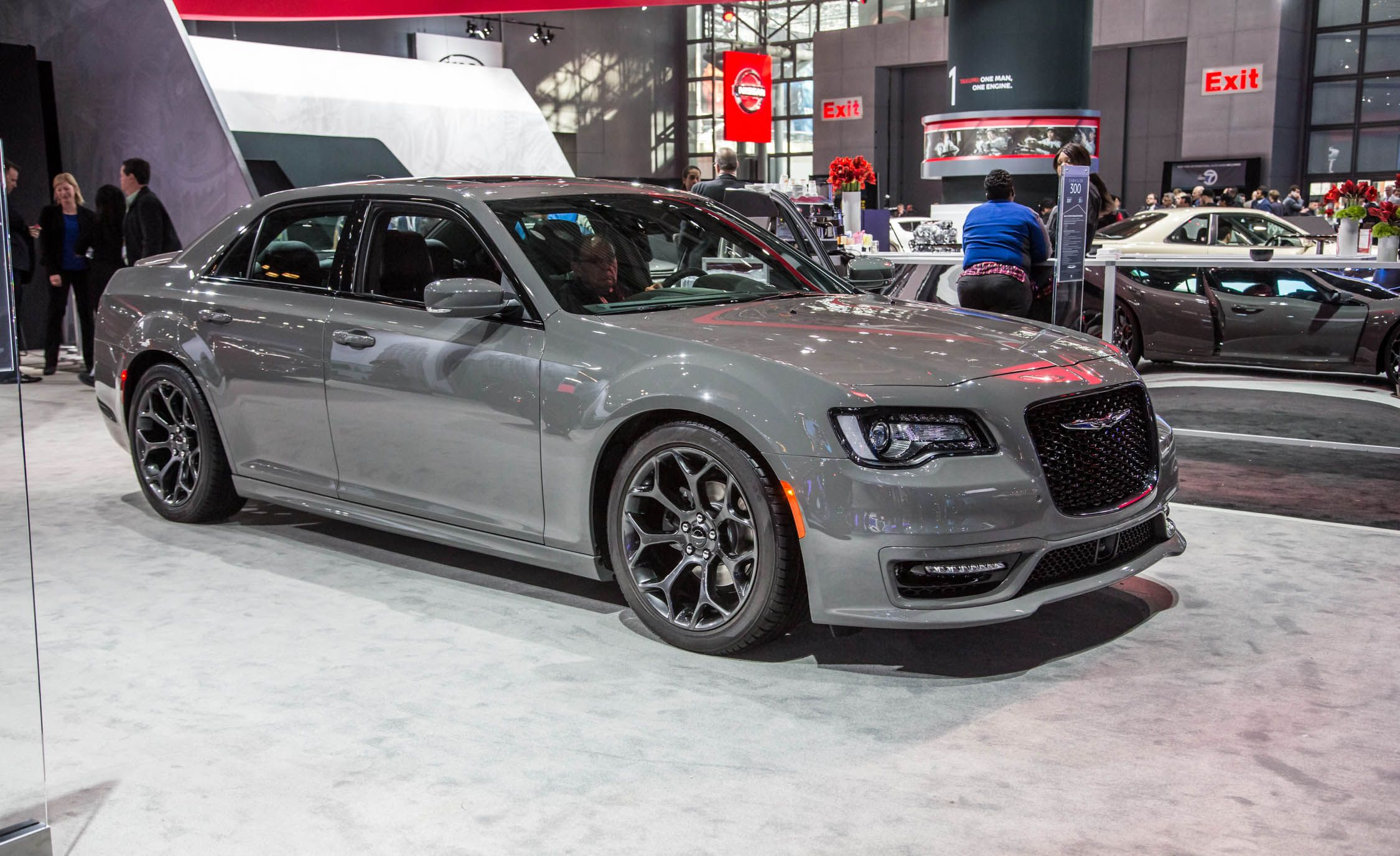 Chrysler 300 S >> 2017 Chrysler 300 Pictures Photo Gallery Car And Driver