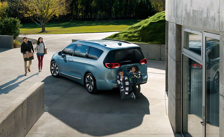 2017 Chrysler Pacifica and Pacifica plug-in hybrid - Slide 26