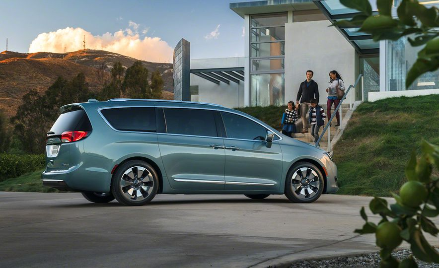 2017 Chrysler Pacifica and Pacifica plug-in hybrid - Slide 28