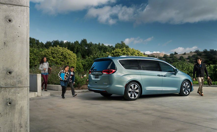 2017 Chrysler Pacifica and Pacifica plug-in hybrid - Slide 29