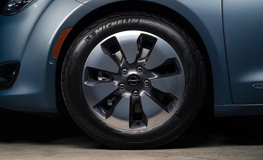 2017 Chrysler Pacifica and Pacifica plug-in hybrid - Slide 43