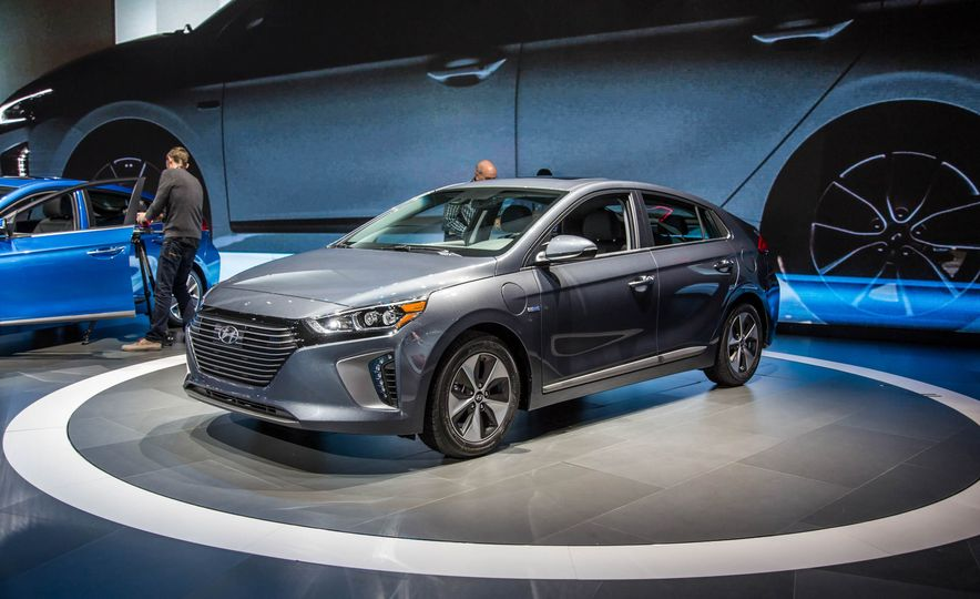 2017 Hyundai Ioniq plug-in hybrid - Slide 1