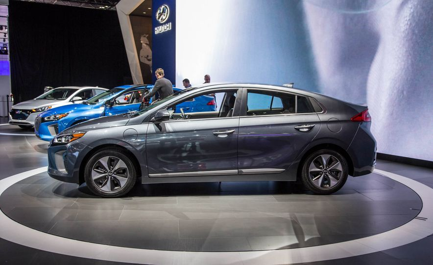 2017 Hyundai Ioniq plug-in hybrid - Slide 3