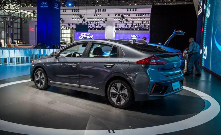 2017 Hyundai Ioniq plug-in hybrid - Slide 4