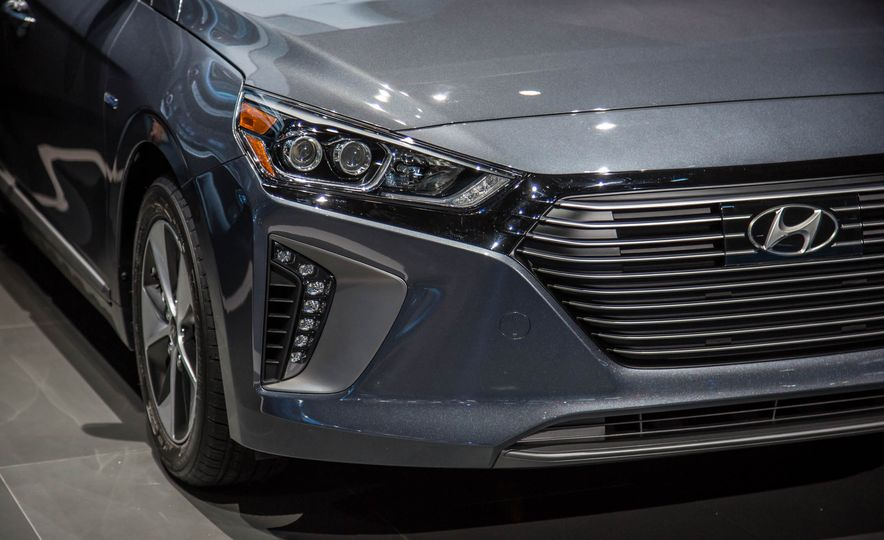2017 Hyundai Ioniq plug-in hybrid - Slide 9