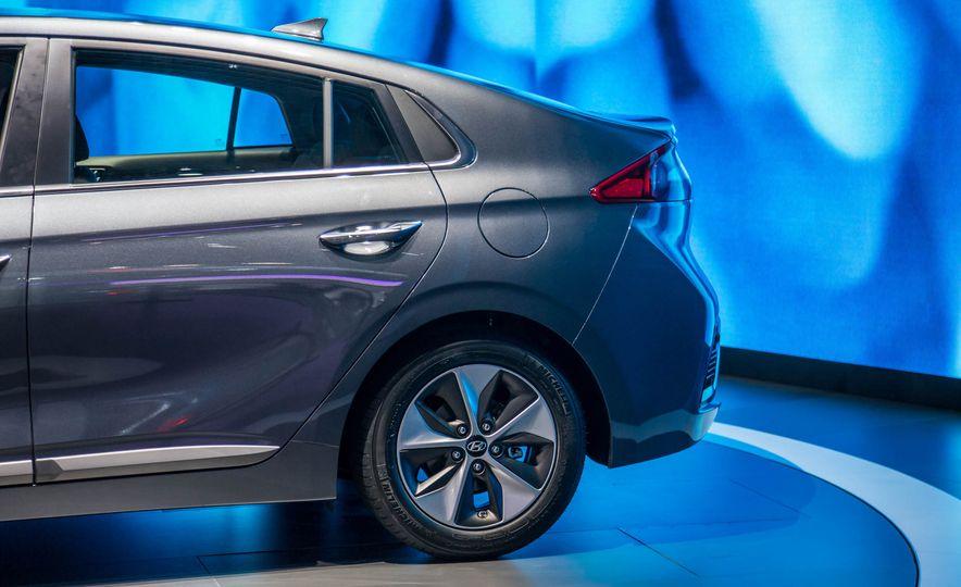 2017 Hyundai Ioniq plug-in hybrid - Slide 10