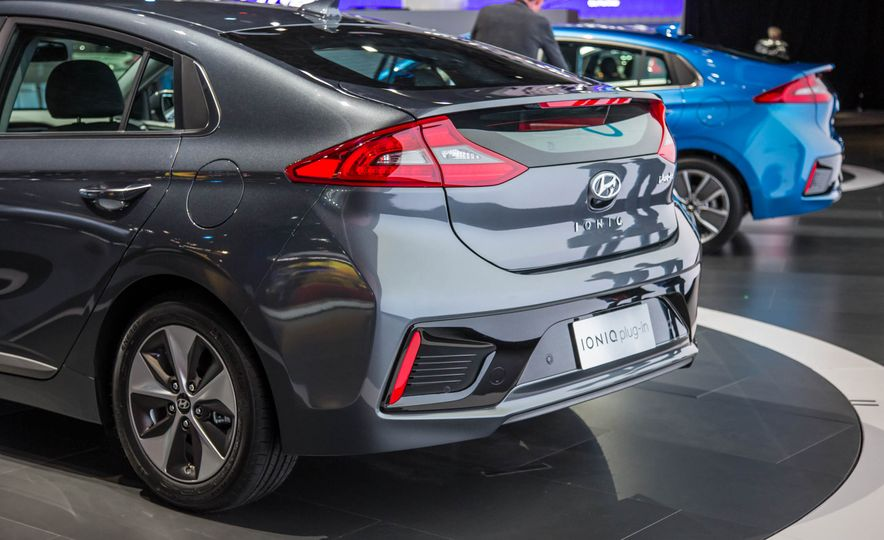2017 Hyundai Ioniq plug-in hybrid - Slide 11
