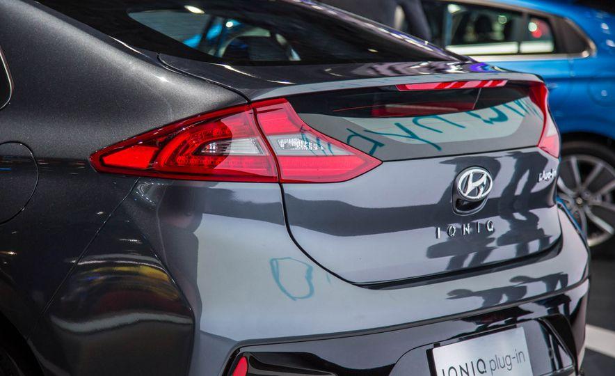 2017 Hyundai Ioniq plug-in hybrid - Slide 12