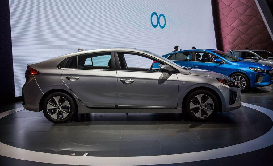 2017 Hyundai Ioniq plug-in hybrid - Slide 15