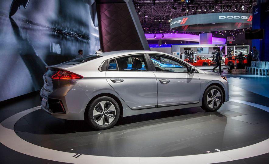 2017 Hyundai Ioniq plug-in hybrid - Slide 16