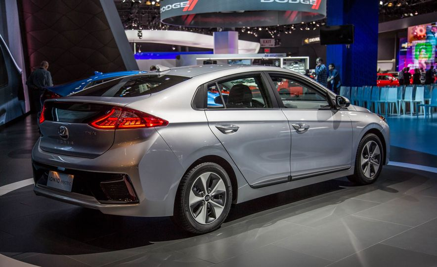 2017 Hyundai Ioniq plug-in hybrid - Slide 17