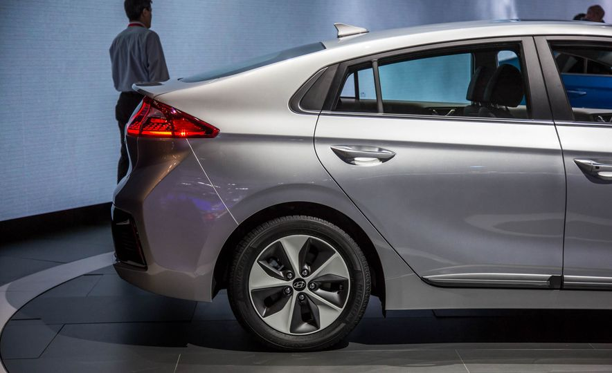 2017 Hyundai Ioniq plug-in hybrid - Slide 22