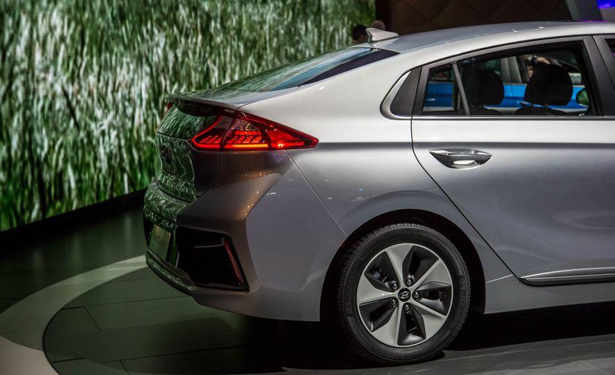 2017 Hyundai Ioniq plug-in hybrid - Slide 23