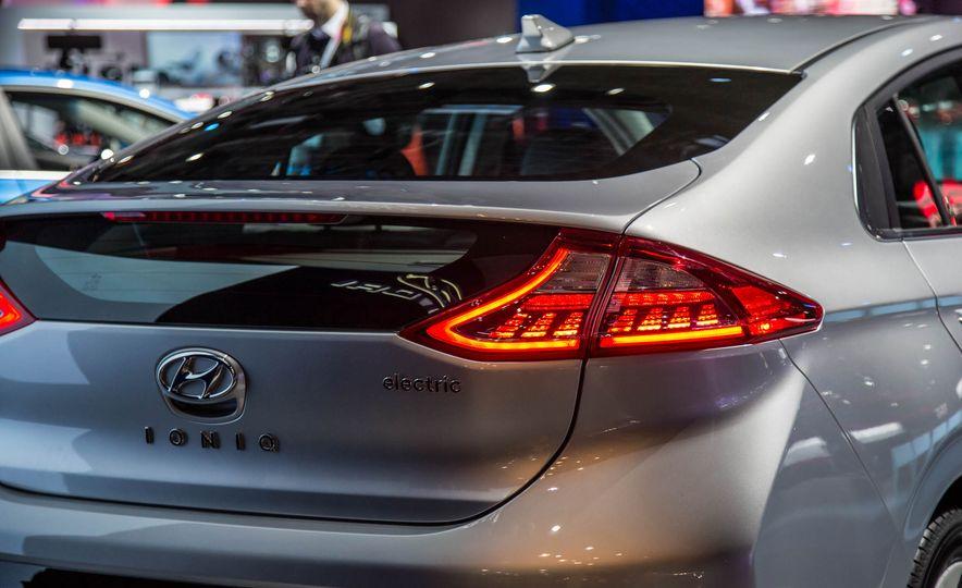 2017 Hyundai Ioniq plug-in hybrid - Slide 24