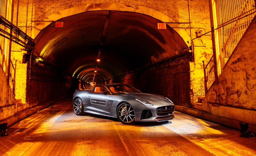 2017 Jaguar F-type SVR convertible - Slide 17
