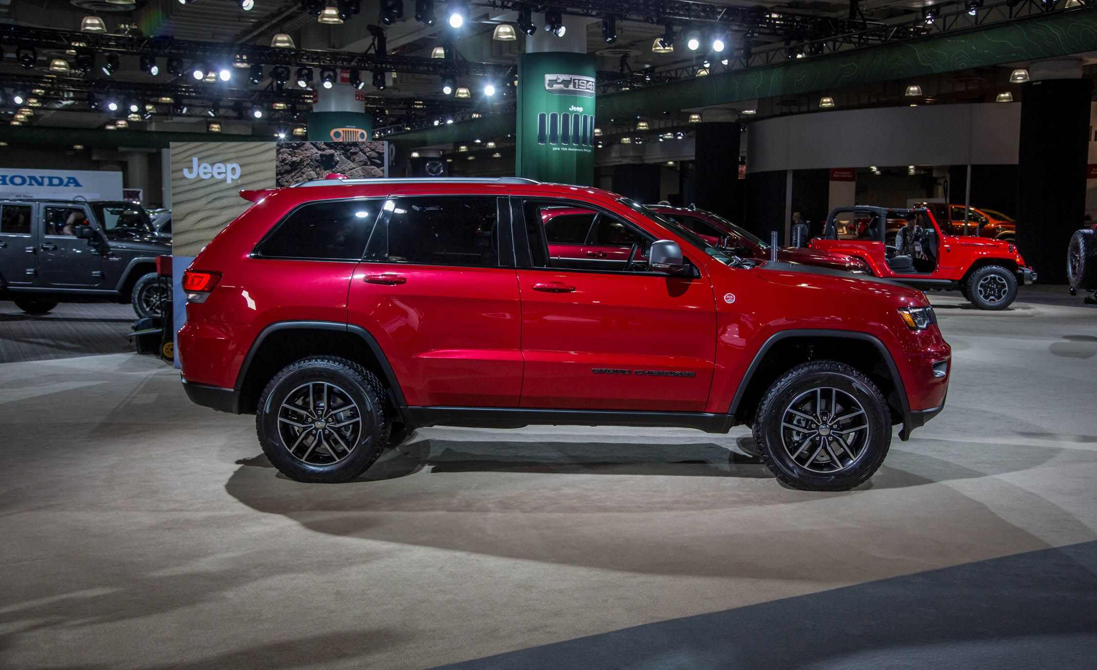 2017 Jeep Grand Cherokee Pictures Photo Gallery Car And Driver