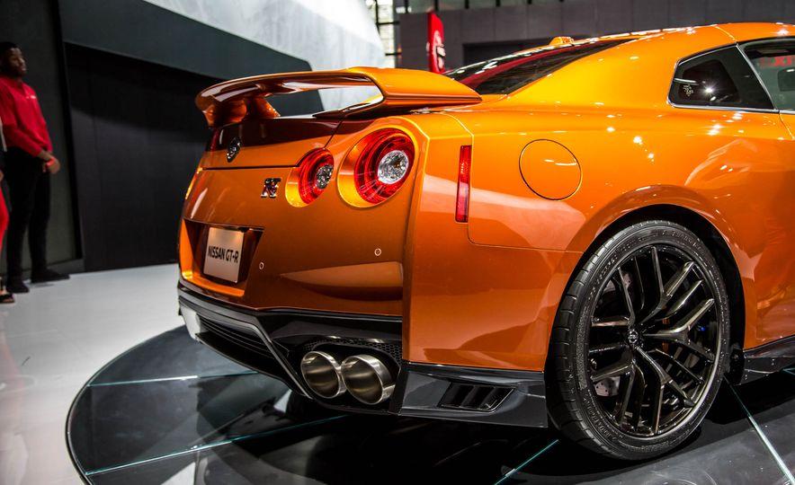 2017 Nissan GT-R - Slide 16