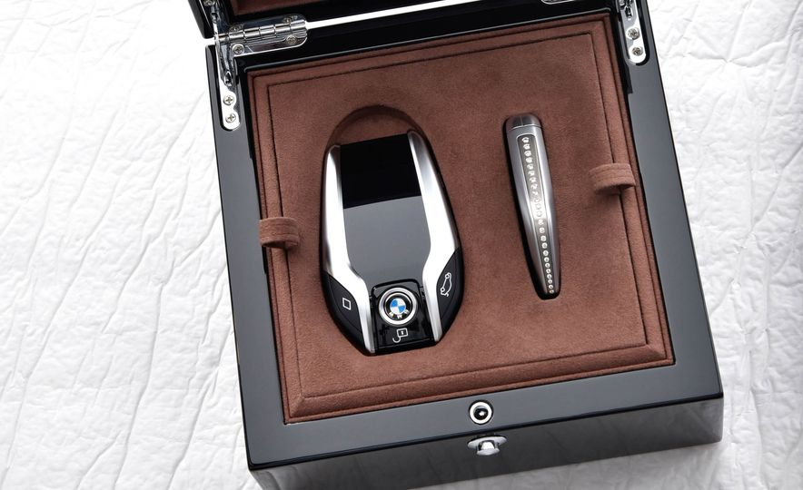 BMW 750Li xDrive Solitaire Edition - Slide 28